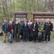 Gruppe vor Infotafeln im Wald