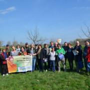 """Gruppe auf Wiese mit Banner """"UN Dekade Biologische Vielfalt"""""""