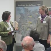 """Gertrud Sahler überreicht Guido Puhlmann und Anne Schierenberg die UN-Dekade-Auszeichnung für """"Ehrensache Natur – Freiwillige in Parks""""  © EUROPARC Deutschland"""